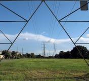 Línea eléctrica y torres Fotos de archivo libres de regalías