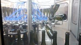 Línea embotelladoa y de aislamiento fábrica del transportador del lagar almacen de metraje de vídeo