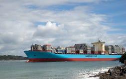 Línea enorme de Maersk del buque de carga que entra para pilotar la bahía en el soporte Maung Imagen de archivo