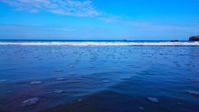 Línea entre el mar y el cielo azul Fotografía de archivo