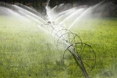 Línea equipo agrícola de la rueda de la irrigación de la regadera imagen de archivo libre de regalías