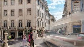 Línea famosa de la tranvía 28 en el centro de Lisboa - almacen de metraje de vídeo