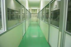 Línea farmacéutica pasillo de la fábrica Imágenes de archivo libres de regalías