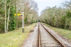 Línea ferroviaria de la sola pista con la señal amarilla Fotografía de archivo libre de regalías