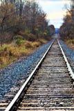 Línea ferroviaria en la puesta del sol imagen de archivo libre de regalías