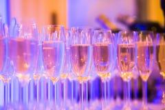 Línea hermosa de diversos cócteles coloreados del alcohol con humo en una fiesta de Navidad, un tequila, un martini, una vodka, y Fotos de archivo libres de regalías