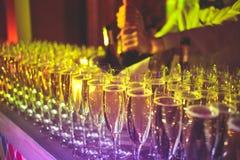 Línea hermosa de diversos cócteles, tequila, martini, vodka, y otras coloreados del alcohol en la tabla de banquete de abastecimi imagen de archivo libre de regalías
