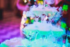 Línea hermosa de la pirámide de diversos cócteles coloreados del alcohol con la menta en la fiesta de Navidad, el tequila, martin fotos de archivo