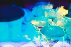 Línea hermosa de la pirámide de diversos cócteles coloreados del alcohol con la menta en la fiesta de Navidad, el tequila, martin foto de archivo