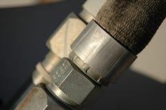 Línea hidráulica acoplador en la maquinaria pesada Imagenes de archivo