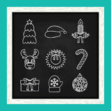 Línea iconos de la Navidad escritos en tiza en la pizarra Vector Fotos de archivo libres de regalías