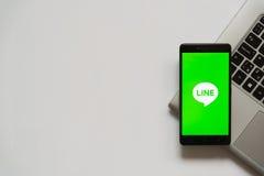Línea logotipo en la pantalla del smartphone Foto de archivo