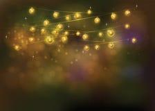 Línea luz del oro en las luces festivas del bokeh del fondo en la noche Fotografía de archivo libre de regalías