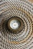 Línea marina en espiral del ancla con el compás antiguo Imagen de archivo