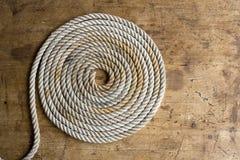 Línea marina en espiral del ancla con el viejo compás   Foto de archivo libre de regalías