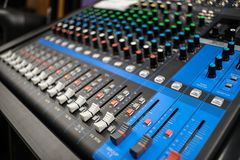 Línea mezclador de la música con muchos controles fotos de archivo
