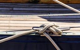 Línea náutica atada al listón imágenes de archivo libres de regalías