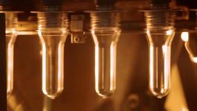 Línea plástica de la fabricación de la botella Botellas plásticas antes de soplar almacen de video