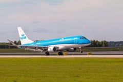 Línea plana aterrizaje de KLM en Lech Walesa Airport imagen de archivo