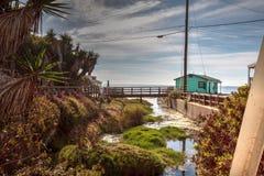 Línea playa de las cabañas del puente y de la playa de Crystal Cove State Park fotografía de archivo