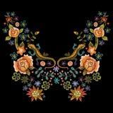 Línea popular modelo del cuello del bordado con las rosas y los lagartos stock de ilustración
