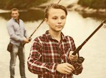 Línea positiva del bastidor del muchacho para pescar en el lago Fotos de archivo libres de regalías