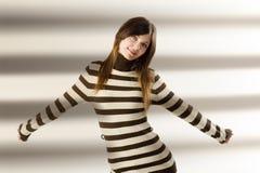 Línea que desgasta suéter de la muchacha bonita Foto de archivo libre de regalías