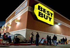 Línea que espera de noche para las compras