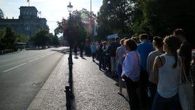 Línea que espera ourists del edificio alemán del parlamento de todas partes del mundo foto de archivo libre de regalías