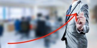 Línea roja de la curva del drenaje del hombre de negocios, estrategia empresarial fotografía de archivo