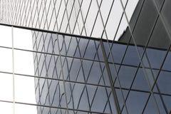 Línea sin fin de ventanas en un edificio de oficinas imagenes de archivo