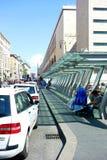 Línea sin hogar plataforma del taxi que espera Imagen de archivo