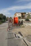 Línea sitio del poste de la electricidad de la construcción de carreteras Imagenes de archivo