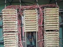 Línea telefónica centralita telefónica de la conexión en el gabinete en la calle de la ciudad fotos de archivo libres de regalías