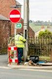 Línea telefónica de la fijación del trabajador en una calle Galés fotografía de archivo