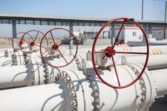 Línea válvulas del tubo de la planta de tratamiento del gas de petróleo Imagenes de archivo