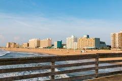 Línea Virginia Beach Oceanfront As Seen de los hoteles del embarcadero de la pesca foto de archivo