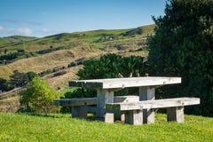 Línea y mesa de picnic de cerca en el puesto de observación escénico de la cumbre, promontorio de Makorori, cerca de la costa est imagen de archivo libre de regalías