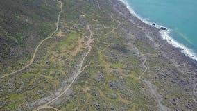 Línea y montañas aéreas 4k de la costa del océano almacen de metraje de vídeo