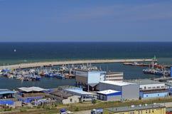 Línea y puerto deportivo de la costa en el mar Báltico Foto de archivo libre de regalías