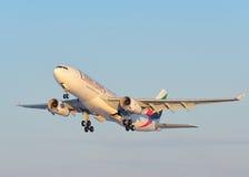 Líneas aéreas Airbus A330 de los emiratos Fotos de archivo