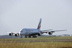 Líneas aéreas Airbus A380 de los emiratos en el cauce Imágenes de archivo libres de regalías
