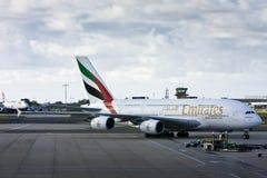 Líneas aéreas Airbus A380 de los emiratos en la pista de despeque. Foto de archivo libre de regalías
