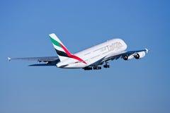 Líneas aéreas Airbus A380 de los emiratos en vuelo. Imagen de archivo