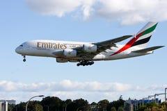 Líneas aéreas Airbus A380 de los emiratos que llega en Sydney, Imágenes de archivo libres de regalías