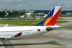 Líneas aéreas Airbus 330 de Filipinas que lleva en taxi a la puerta en el aeropuerto de Changi Foto de archivo libre de regalías