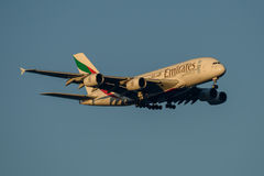 Líneas aéreas Airbus A380 de los emiratos en acercamiento final a Sydney Airport el 23 de mayo de 2017 Fotos de archivo
