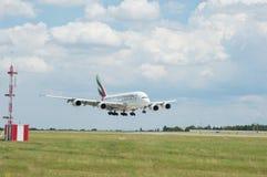 Líneas aéreas Airbus A380 de los emiratos en vuelo Imágenes de archivo libres de regalías