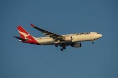 Líneas aéreas Airbus A330 de Qantas en acercamiento final a Sydney Airport el martes 23 de mayo de 2017 Imágenes de archivo libres de regalías