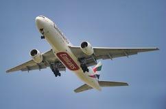 Líneas aéreas Boeing 777 de los emiratos Fotos de archivo